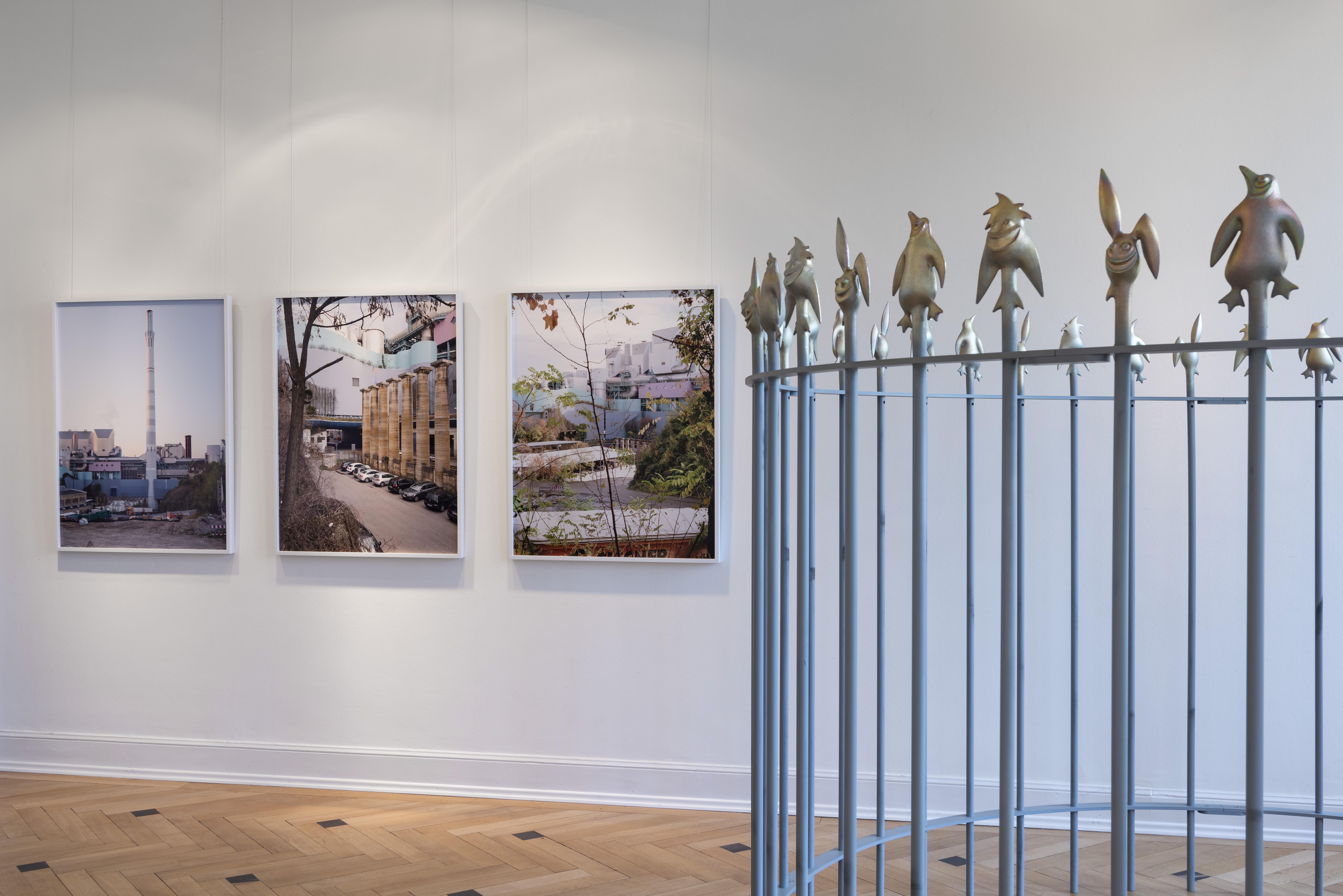 """Abbildung: """"Travertinsäulen"""" von Annette Kelm (links)"""