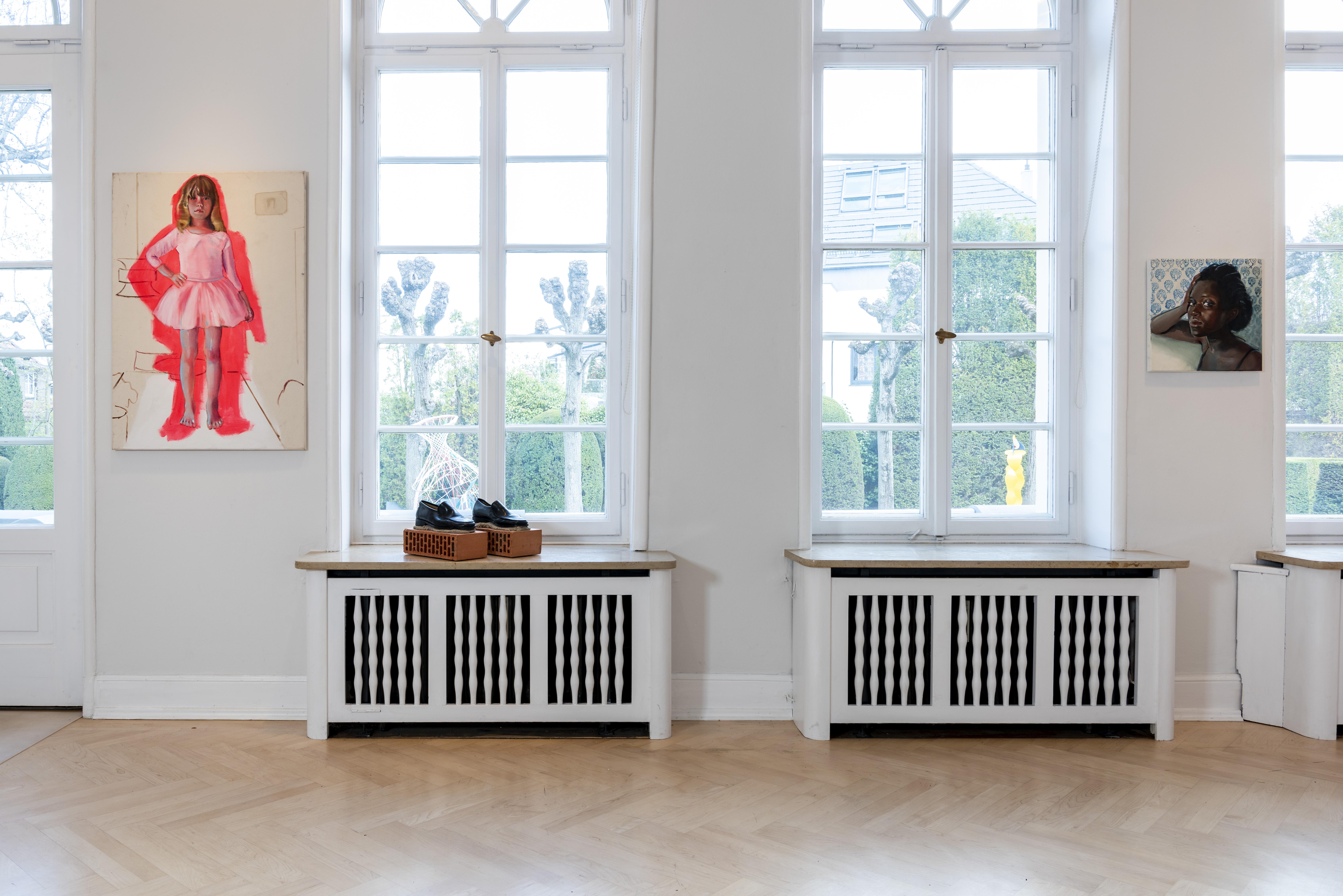 """Abbildung: """"Mädchen im Ballettkleid"""" (links) und """"Frau vor Tapete mit Vögeln"""" (rechts) von Kathrin Landa"""